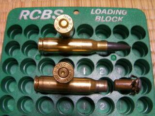 一番の違いは薬莢底の雷管です。 使用後は撃芯の打痕凹みがあります。  次に、薬莢口(弾頭のはまる部分)です。...