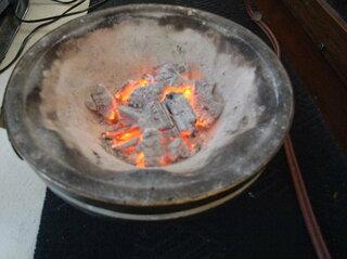 七輪に火を起こしてその中に放り込む。  ゴキブリ、カマドウマとかにも有効。