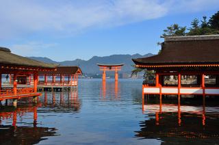 厳島神社と牡蠣が有名