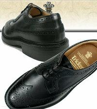 就活でウィングチップの革靴を履くのはやりすぎでしょうか? よく、靴だけは高いものを履けと聞きますが、私も靴は良いものを買おうとおもっています。 そこで、トリッカーズのウイングチップを検討してみたので...