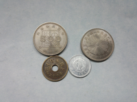 これらの硬貨はどれほどの価値がありますか? 一つは、昭和64年の一円玉 二つは旧字の五円玉 三つは内閣制度百年記念の五百円玉 同じく御在位六十年の五百円玉です。