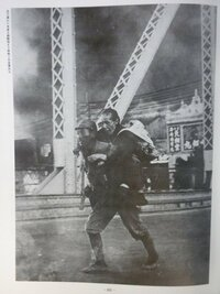日中戦争は中国軍が始めた、とする欧米の歴史家を教えて下さい。日中戦争(支那事変)は、昭和12年(1937年)8月13日に中国軍の大規模攻撃によって上海の日本人租界周辺で始まりました。その1ヶ月前の盧溝橋(華北 )で日中両軍が小競り合いをした後に、華北では小規模の戦闘と停戦への流れができていましたが、中国国民党軍総司令官の蒋介石は、その1ヶ月の間に華北ではなく華中の上海に大軍を集結させたのです...