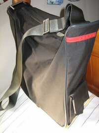 PRADA プラダ ショルダーバッグについて  画像のバッグについて、少しでも情報ご存知でしたら教えてください! ◆わかっていること ・実寸 縦33cm 横30cm 厚さ9cm ・『PRADA』の型押しロゴマーク4ヶ所あり(画...