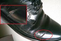 ビジネスシューズの革の破れは修理可能でしょうか? リーガルのビジネスシューズを使っているのですが、写真のように革が破れました。 靴を修理するというのが初めてなので教えてください。  ミスターミニット...