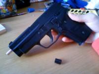 マルイの十禁エアガン シグ ザウエル P228にスライドストップというものをつけたいのですが、初めてでわかりません。 親切な方教えてください。少しいじってるので、銃身が変わっています。