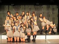 NMB48に詳しい方に質問です。  写真の一番上の段の左から3番目は、誰ですか?  吉田朱里ちゃん?と思いましたが、誰か分かる方いますか? この変顔、可愛すぎ^^