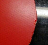 卓球のラバーの破損について。 来週定時制、通信制の全国大会に出場するのですが、このラバーの破損具合だと失格になりますか? 少し欠けており、そこから亀裂が入っています。買い換えるべきでしょうか?