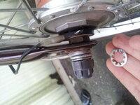 至急教えてください。子ども乗せ自転車の前輪の泥よけやワッシャーの取付けの順番がわからなくなってしまいました…写真通りで合っていますでしょうか。あと、ライトのある右に座金をつけないといけなかったのです...