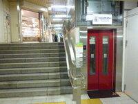 エレベーターに関する軽い質問です。 人間用のエレベーターで、上下移動が150センチメートルしかないエレベーターが京成上野駅にあります。 上野、成田間を往復する旅行者が重いスーツケースを持って、JRや地下鉄駅を利用して、京成上野駅に来る、あるいは帰る際に使うように設置したのだと思います。 それにしても、上下移動が150センチメートルしかないエレベーターは珍しいと思います。 これより上下移...