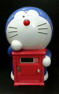 ドラえもんの目覚まし時計 http://www.koedo.com/kaniya/t-1-doraemon.htm に掲載されているドラえもんの目覚まし時計を探しています。 10年程前に販売されていたものなので、販売されているお店をなかなか見つ...