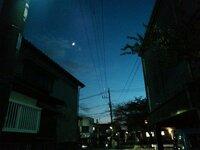 最近、夕方のまだ明るい時間にある星がはっきりと見えるのですが、何の星か気になります。 携帯で撮影した物なので、見えにくいのですが… 左上に見えるのが月で、その右下の明るい星です。  どなたか回答頂けると幸いです。
