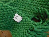 マフラーの編み方 偶然ネットで見かけたマフラーのデザインが気に入ったのですが、現在販売しておらず自分で編んでみようかと思っています。 初心者のため、編み目を頼りに本を色々探してみましたが、編み方が見...