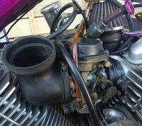ヤマハ ドラッグスター1100 キャブレター故障?アイドリングが安定せずガソリンが溢れる。 暖気や信号待ちなどのアイドリング時にエンジンの回転が安定しない症状に悩まされています。 排気音が「ドドドドド」か...