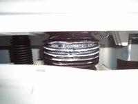 日立のビートウオッシュ洗濯乾燥機BW-D8SVを昨日設置してもらったのですが ある部品に白いクリーム状の物が付着しています。 詳しく説明しますと右側の乾燥フィルターの真下の奥に見える黒いゴムでできたジャバ...