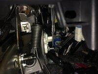 プリウス ZVW30後期乗りです。 ウインカーリレーを装着したくて 運転席、アクセルペダル上にあるコネクターを探しました。 アクセルペダルから上を見上げると 青いコネクターが手前(アクセルペダル側)に一つと奥に一つありました。 どちらがリレーのコネクターでしょうか?  よろしくお願いします。