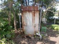 天然ガスを貯留するタンク 土地柄、私の家ではガス井戸を掘り地中から湧くガスをドラム缶にため、調理で使ったり、ボイラーに送りお湯を生活に使ってきました。最近になり、ガスの出が以前の数十パーセント以下になってしまったくらい出てこなくなり、風呂にお湯を張るのが難しくなり(シャワーで数分使えるだけ)、調理で使う火も制限されてきています。  プロパンガスを新たに契約することも考えていなくはないです...