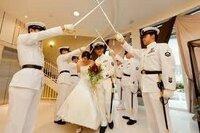 海上自衛隊の結婚式?  これは、新婦さんらしき人はいますが結婚式なのでしょうか?