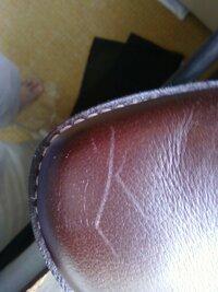 リーガルの靴の浅い傷 道路を歩いていたら馬鹿な柴犬がじゃれついてきて 犬の爪で お気に入りの靴に傷を付けてしまいました。 修理方法を教えてください。