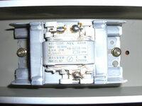 蛍光灯安定器の配線について、写真の安定器に配線するのですが、右側の50Hz,60Hzは切り替えスイッチへ繫ぎますが、スイッチにもう1つ端子がでていて、それをどこに配線するのか分かりません。 また安定...