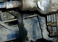 田植え機の油圧ポンプのホースをはずしてもいいものか。 田植え機の田植え機構の昇降装置の油圧ポンプのIN側(ポンプへオイルが供給される側)のホースの取り回しが異常で 90度に曲がってて潰れててヒビが入って...