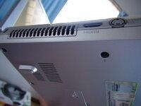 パソコンの左側底面と左側面の排気口が熱い。  画像はノート型パソコンの左側底面と左側面の排気口ですが、手で触ると「チカッ!」と感じるほど熱いんです。 こんなに熱くなるものですか? みなさんのパソコンは熱くなりますか?