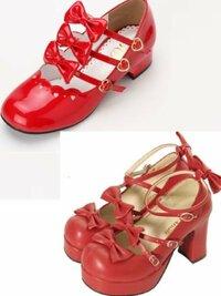 ロリィタのお靴 ロリィタの赤色リボン付きおでこ靴を靴屋さんサイトやメゾン様で検索した所理想のデザインが見つかりません。  唯一気に入ったデザインは夢展望とボディラインで…。  このデザインのようなお靴を靴屋さんサイトまたはメゾン様で在庫ありでご存知ないですか?