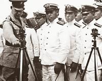 山本五十六の珍しい写真??   海外のネットで遊んでいると、おッ!? と言う写真に出くわす事があります。   先日、下の写真を見ました。説明にはハワイにおける山本五十六とあります。日本海軍の士官たちが米軍将校から何か器具の説明を受けているところの様です。   たしかに真ん中の男は山本に似ているのですが、山本の若い頃の写真は兵学校時代のものだけで、あとはアメリカ大使館付き駐在武官だ...