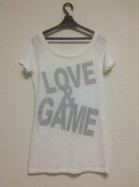 この白いTシャツのボトムスは何を着たらいいでしょうか? あ、この白いTシャツは肩が広くあいています。  ちなみに、持っているボトムスは、 ⚫︎黒スキニー ⚫︎デニムショーパン 紺色と灰色 ⚫︎デニムスキニー です...