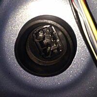 ラパン he21s の運転席窓が全開のまま閉まらなくなりました スイッチは閉める方に上げた時のみスイッチ内でカチっと 音がします とりあえず 閉めたいのですが バッテリー直結が どうしたらいいかわかりません 画像のレギュレーターのモーターの端子のどこかに 繋げば動くのですか?  端子のに+ -をつなぐのでしょうか?