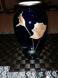 大倉陶園の花瓶についてお聞き致します。大倉陶園の花瓶を押入れの奥で見つけました。どうやら金蝕バラ 金彩?みたいなシリーズらしいのですが、どれだけ探しても同じ物を見つけることができま せん。同じ物の色違いの白はネットで見つけました。私のは黒?紺?の花瓶なのですが、この花瓶って偽物なのでしょうか?どなたか、お詳しい方にご教授願います。よろしくお願いします。