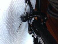 ロードバイクのブレーキ部のクイックリリースは写真のように上げた状態にして走っちゃダメですか?  ダメならそれはなぜですか?