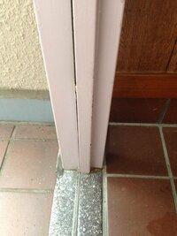 マンションの玄関扉についてです!! 玄関扉を塗装したいのですが、どこまでが共有部分かわかりません。 画像は扉の枠の境ですが、向かって右側が内側で左側が外側です。厳密にどこから塗り直 して大丈夫でしょ...