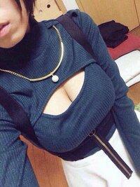 こういう胸元のあいている服って おもになんと言うショップで買えますか?