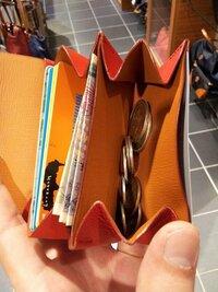 財布について 財布を買い換えたいんですけどコインケースを財布代わりにするのって変ですか? もともと財布を持ち歩くのが面倒なのとカバンを持ち歩くという習慣がないのとでポケットに入れやすい財布を探していたところFAROのRIVOLTA FIN-CALFというコインケースを見つけました 説明にもお札を収納できると書いていたのですが、お札を折って収納するというのはどうなんでしょうか?よく長財布を...