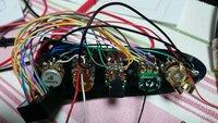 ジャズべタイプのベースにAGUILAR OBP-3を換装していますが、全く音が出ません。 ポットは左から、マスター(250kΩ)、バランサー(MN,50kΩ)、ミッド(PUSH-PULL、プリアンプ付属)、BASS・TREBLE(二連、プリ...