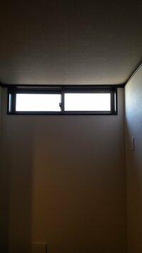 神棚 お札について  アパートに引っ越すのですが、お札をどこに置けば良いかわかりません。ご協力願います。 北側に神棚(といっても簡易な壁につける板状の棚)を作ってお祀りしようと思うのですが、アパートの最北がリビングのキッチン側(写真)か、トイレか、脱衣所なのです。  となるとこの写真の場所がベストですよね。 上に窓があるのですが、その下に棚を作ってお祀りするのは良いのですか? そ...