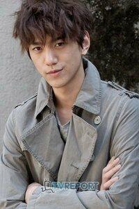 この方は韓国の俳優さんなのですが、小栗旬さんに似てると思いますか? また、似ていなかったとしても誰に似ていますか? 真面目に回答お願いしますm(_ _)m