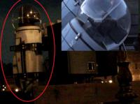 改めて東京ディズニーシーのメディテレーニアンハーバーに取り付けてあるスピーカーの柱についている、赤丸で囲んである照明(右上はその球体部分の拡大写真です)を作っている会社は、 どこなのか詳しく教えてく...