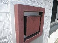 ◆ポストの塗装のしかたを教えてください◆ 家の郵便受けが汚れてきたので塗装をしたいと思います。 DIYの塗装は初めてです。塗装のやり方・手順を教えてください。 ○まず現在の茶色の塗装部分はやすり等ではがす...