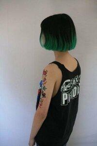 カラーに詳しい方教えてください! 写真のような髪色にしたいです。  わたしの今の髪の毛の色が  少しオレンジっぽい金髪になっています。  そして紫のグラデーションをしていたので  色落ちして毛先がピンクっぽいです。  ブリーチは今までに4回しています。  緑は色が入りにくいと聞いて  そこで質問なんですが、  ○写真のような緑を出すには何回 ブリーチが必要か。ホワイトブリーチ、 ハイブリーチ...