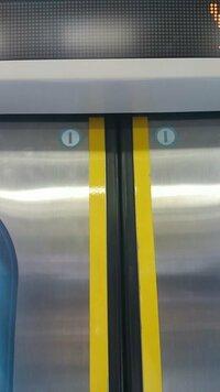 電車ドア上の2つの鍵穴のようなシールがありますが何ですか?