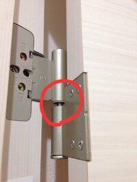 ドアの蝶番を調整しようとして、余計に悪化させてしまいました。 ドア全体を持ち上げなければ、赤丸部分に隙間が出来、ドア本体も下がって閉まりません。 どなたか解決方法をご教授ください。 よろしくお願いし...