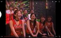 この赤い服のグループの名前を教えて下さい。 一番右の方が元MAXのAkiさんに似ている気がして、、、