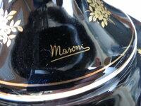 イタリア製陶器のコンポートなんですが、 この筆記体は何て読むんですか?