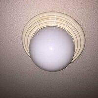 照明器具のカバーの外し方を教えてください。 玄関の照明器具の電球が切れてしまいました。交換したいのですが、カバーを外すことができません。回すと全体が回るのですが、取れません。今、天井から少し浮いてい...