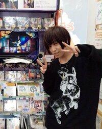 画像の蒼井翔太さんが着ている服は何処のブランドかわかりますか?知っているかた回答よろしくお願いします