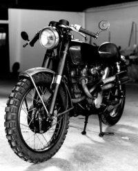 バイクに詳しい方教えてください。 ドラゴンタトゥーの女のバイクがかっこよくて欲しくなりました。色々と調べた所、ホンダのCB350?CL350?をベースに改造しているみたいでした。マフラーと、 ハンドルを変えて...