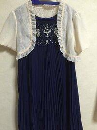 初めての結婚式への参列に 職場の先輩の式だった為、 控えめな色にと思いネイビーのドレスを 選びましたが、羽織りものまで 暗くなってはいけないと考え、 写真のアイボリーのボレロ(写真あり) を着用しました。  今更ですが、ネットで 白のボレロはNGだという意見を見かけ 次回からには着用できないのかと 不安になり投稿させて頂きました。  因みに、数ヶ月先に新郎側で 高校時代の部活動でのマネージャ...