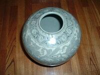 陶磁器に詳しい方、この壺についてご意見を聞かせて欲しいのです。先祖が満州から持ち帰ったらしい事、死んだおじいちゃんが宝と言っていた事、その他特徴は 高さ20センチ、直径20センチ、内側に取っ手? の...