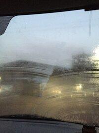 油膜?ワイパー傷? 先週ディーラーに点検、洗車に出した頃あたりからフロントガラスの調子が悪くなりました。  ワイパーを動かすとワイパーに沿って白い跡が残ります。 その部分だけ乾くの に時間がかかり雨...